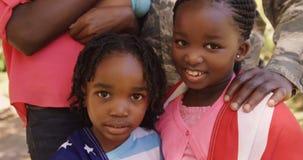 O retrato de crianças do soldado americano está sorrindo video estoque