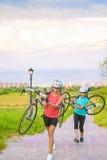 O retrato de desportistas caucasianos novos da certo com OU da bicicleta fotos de stock