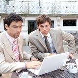 Homens de negócio que encontram-se no café. fotos de stock