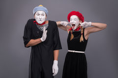 O retrato de engraçado mimica pares com caras brancas e Imagem de Stock