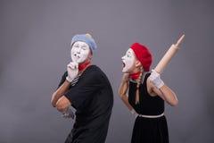 O retrato de engraçado mimica pares com caras brancas e Foto de Stock