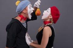 O retrato de engraçado mimica pares com caras brancas e Fotografia de Stock Royalty Free