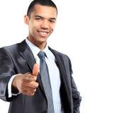 O retrato de gesticular americano africano de sorriso do homem de negócio os polegares levanta o sinal Foto de Stock Royalty Free