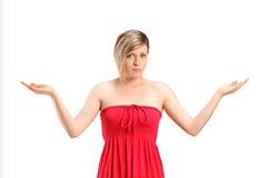O retrato de gesticular da mulher não sabe Fotografia de Stock