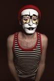 O retrato de mimica o chapéu vermelho vestindo e monóculos amarelos Fotografia de Stock
