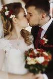 O retrato de pares românticos do recém-casado, beijo considerável do noivo seja foto de stock royalty free