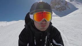 O retrato de Selfie de um esquiador acelera rapidamente o esqui nas montanhas no inverno video estoque