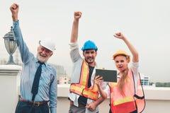 O retrato de trabalhos de equipa da engenharia está mostrando as mãos acima após o busi fotografia de stock royalty free
