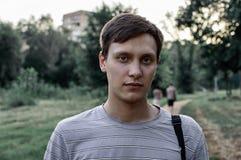 O retrato de um azul novo eyed homens no parque Imagens de Stock Royalty Free