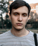 O retrato de um azul novo eyed homens no parque Imagem de Stock Royalty Free