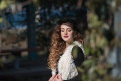 O retrato de um carneiro sem mangas do desgaste de jovem mulher reveste fotografia de stock royalty free