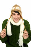 O retrato de um homem considerável vestiu-se para um sorriso frio do inverno.  Homem na camiseta com chapéu e lenço. Fotografia de Stock