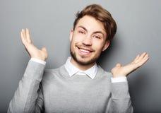 O retrato de um homem de negócio novo surpreendeu a expressão da cara imagens de stock royalty free