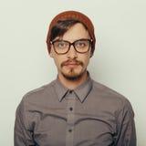 O retrato de um homem novo interessante no inverno veste-se Fotografia de Stock