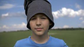O retrato de um menino do fazendeiro que olha a câmera e que sorri, tem o divertimento foto de stock royalty free