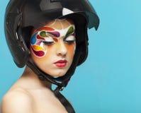O retrato de um modelo com criativo brilhante compõe Imagens de Stock