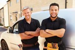 O retrato de um novo e de um meio envelheceu o comerciante por sua camionete Fotografia de Stock