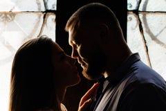 O retrato de um par romântico em um luminoso de uma janela ou faz Fotografia de Stock