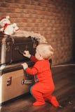 O retrato de uma criança pequena bonito entre o Natal brinca Imagens de Stock Royalty Free