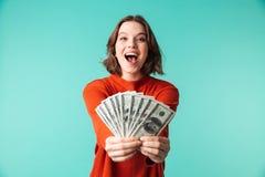 O retrato de uma jovem mulher entusiasmado vestiu-se na camiseta Fotos de Stock Royalty Free