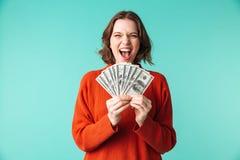 O retrato de uma jovem mulher feliz vestiu-se na camiseta Fotos de Stock