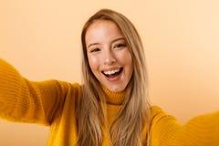 O retrato de uma jovem mulher feliz vestiu-se na camiseta imagem de stock royalty free