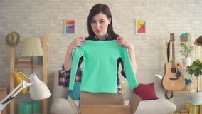 O retrato de uma jovem mulher frustrante virada abre uma caixa vídeos de arquivo