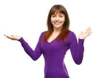 O retrato de uma jovem mulher levantou suas mãos acima Fotografia de Stock