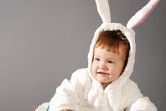 O retrato de uma menina bonito vestiu-se no terno do coelhinho da Páscoa Fotografia de Stock