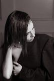O retrato de uma menina lindo no estúdio no revestimento de um homem, uma colar com cabelo molhado curto endireita Imagens de Stock Royalty Free