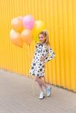 O retrato de uma menina loura bonita com gel coloriu bolas na Foto de Stock Royalty Free