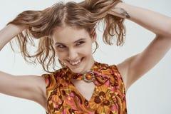 O retrato de uma moça bonita sorri imagens de stock
