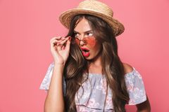 O retrato de uma moça chocada no verão veste-se fotos de stock