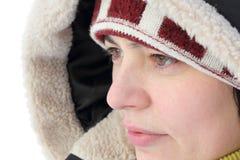 O retrato de uma mulher bonita no inverno veste-se Fotografia de Stock Royalty Free