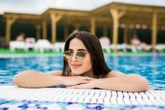 O retrato de uma mulher bonita nos óculos de sol relaxa na associação, dia de verão, exterior imagens de stock
