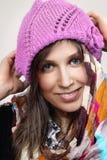 O retrato de uma mulher caucasiano nova com um roxo fez malha o chapéu imagem de stock royalty free