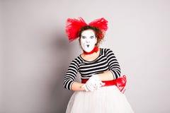 O retrato de uma mulher do comediante vestiu-se acima como mimicar, conceito de April Fools Day Imagem de Stock Royalty Free