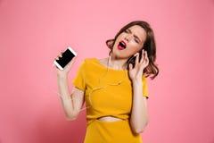 O retrato de uma mulher feliz no vestido e compõe Fotos de Stock Royalty Free