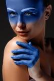 O retrato de uma mulher que levantasse cobriu com Fotos de Stock Royalty Free