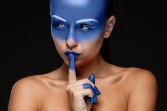 O retrato de uma mulher que levantasse cobriu com Imagens de Stock