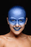 O retrato de uma mulher que levantasse cobriu com a pintura azul Foto de Stock Royalty Free