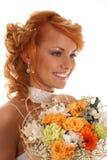 O retrato de uma terra arrendada da noiva do redhead dos jovens floresce imagem de stock