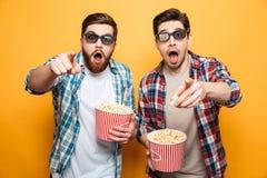 O retrato de uns dois chocou homens novos nos vidros 3d Fotografia de Stock Royalty Free