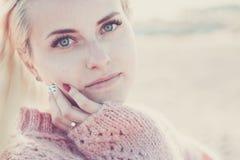 O retrato Defocused com foco no olho claro de um jovem caucasiano bonito do modelo da menina do russo senta-se abaixo de e olhand imagens de stock