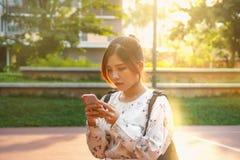 O retrato disparou da luz solar inferior exterior das mulheres asiáticas bonitas Imagem de Stock Royalty Free