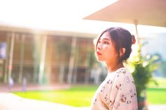 O retrato disparou da luz solar inferior exterior das mulheres asiáticas bonitas Fotos de Stock