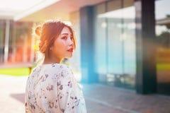 O retrato disparou da luz solar inferior exterior das mulheres asiáticas bonitas Fotografia de Stock