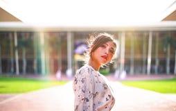 O retrato disparou da luz solar inferior exterior das mulheres asiáticas bonitas Imagem de Stock
