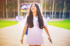 O retrato disparou do sorriso asiático novo do estudante fêmea exterior Fotografia de Stock Royalty Free