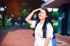 O retrato disparou do sorriso asiático novo do estudante fêmea exterior Imagens de Stock
